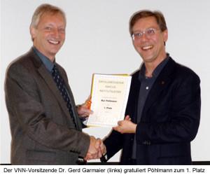 Dr. Gerd Garmaier (links) gratuliert Pöhlmann zum 1. Platz