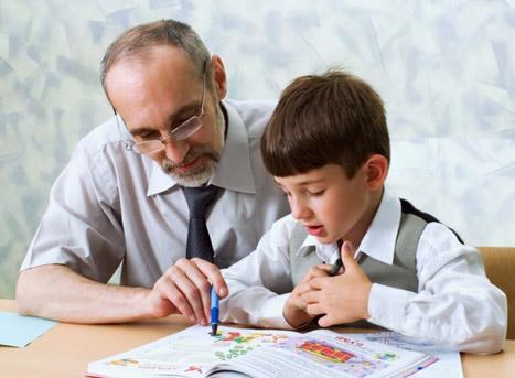 ABACUS Nachhilfelehrer bei der Nachhilfe